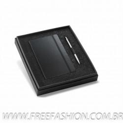 93499 Kit de caderno e esferográfica. Cartão e alumínio. Em caixa almofadada. Incluso caderno e esferográfica.
